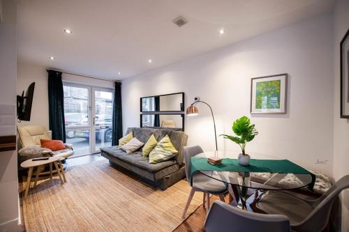 . Air Host and Stay - Apartment 5 Broadhurst Court sleeps 6 minutes from town centre