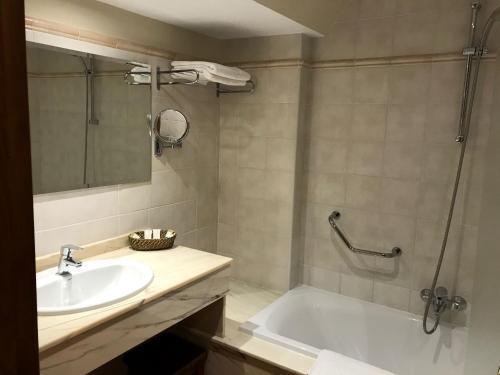 Standard Doppel- oder Zweibettzimmer mit Balkon Hotel Spa San Marcos 8