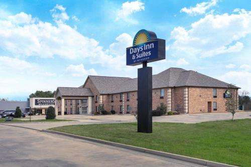 . Days Inn & Suites by Wyndham Florence/Jackson Area