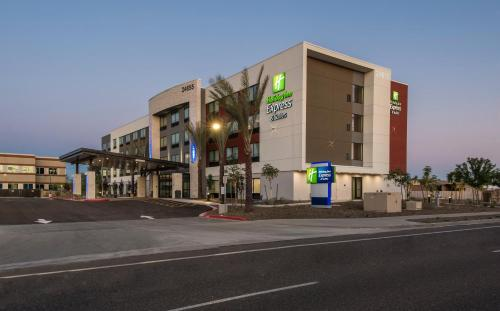 . Holiday Inn Express & Suites - Phoenix North - Happy Valley, an IHG Hotel