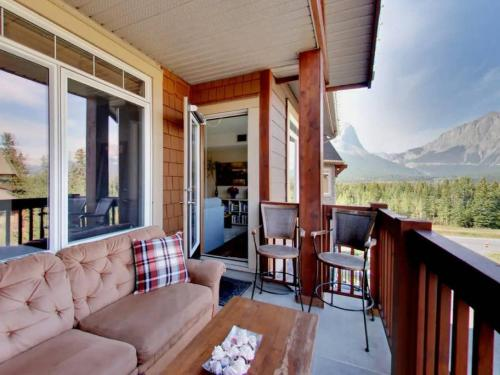 Instant Suites 2 BR Penthouse with Mt Views and Hot Tub - Canmore, AB T1W 3K5