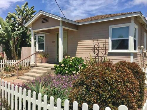 Blocks to beach! Cozy cottage w/ courtyard-patio.