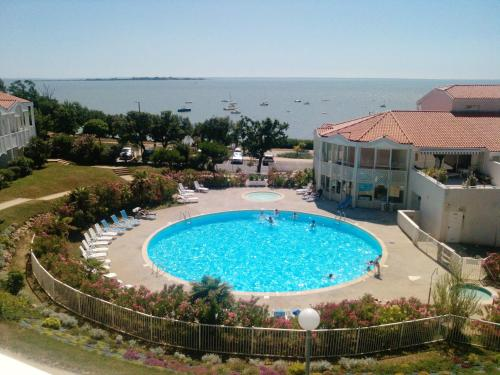 . Apartment with one bedroom in Fouras with wonderful sea view shared pool and enclosed garden