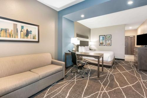 . La Quinta Inn and Suites by Wyndham Houston Spring South
