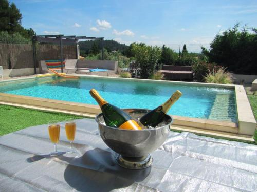 . Studio in Villeneuve les Avignon with wonderful mountain view shared pool and enclosed garden