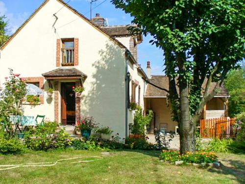 House with 2 bedrooms in Villeuneuve sur Yonne with wonderful mountain view and enclosed garden