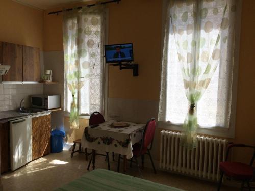 Studio in Neris les Bains with wonderful city view enclosed garden and WiFi - Location saisonnière - Néris-les-Bains
