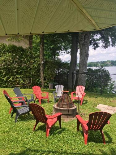 . Apartment with 2 bedrooms in Knowlton with wonderful lake view enclosed garden and WiFi