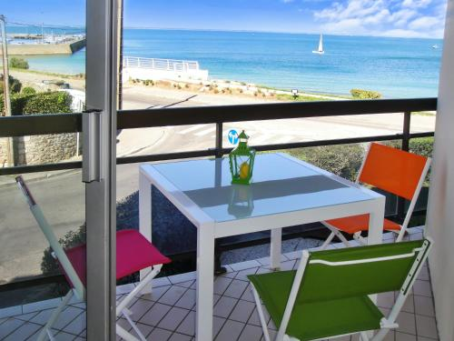 . Apartment with one bedroom in Quiberon with wonderful sea view furnished balcony and WiFi 50 m from the beach