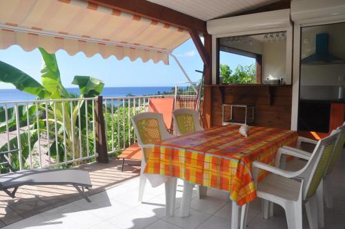 . Bungalow de 2 chambres a Bouillante avec magnifique vue sur la mer jardin amenage et WiFi a 100 m de la plage