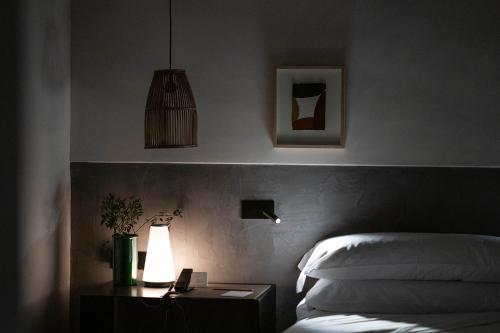 Habitación con cama extragrande y vistas al jardín  Finca Serena 4