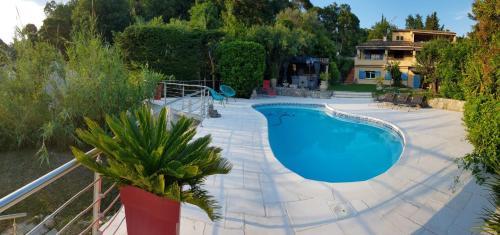 Appartement 3 pièces rez de jardin dans villa Le Château - Location saisonnière - La Roquette-sur-Siagne