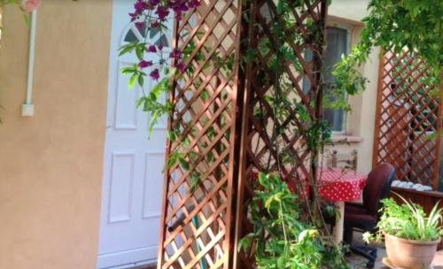 Studio in Ceyreste with enclosed garden and WiFi