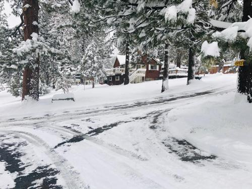 Mountain View Cabins - Accommodation - Wrightwood