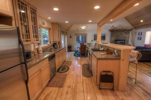 Knotty Pine Retreat by Lake Tahoe Accommodations - Hotel - Tahoma