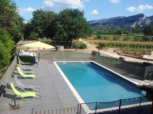 . Apartment with 2 bedrooms in Maubec with shared pool enclosed garden and WiFi