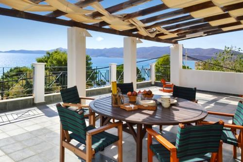 . Villa with 4 bedrooms in Karistos with wonderful sea view enclosed garden and WiFi 10 m from the beach