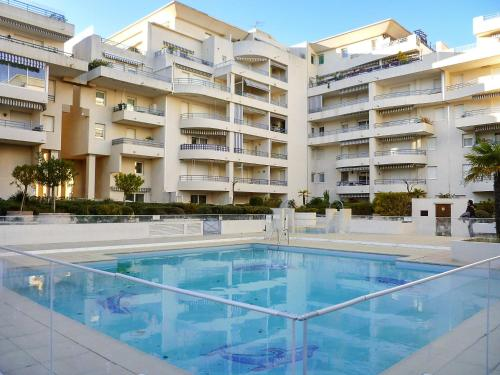 . Apartment with one bedroom in Frejus with wonderful city view shared pool and balcony 300 m from the beach