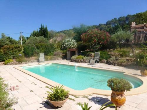 . Studio in Pierrefeu du Var with wonderful mountain view shared pool enclosed garden 19 km from the beach