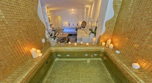 Honeymoon Suite with Spa Bath and Caldera View