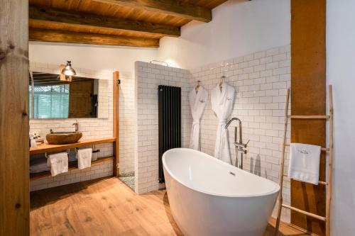 Habitación Doble Deluxe con bañera Hotel Mas la Ferreria 2