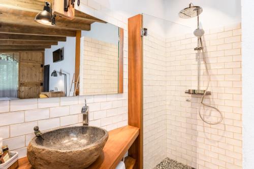 Habitación Doble Deluxe con bañera Hotel Mas la Ferreria 3