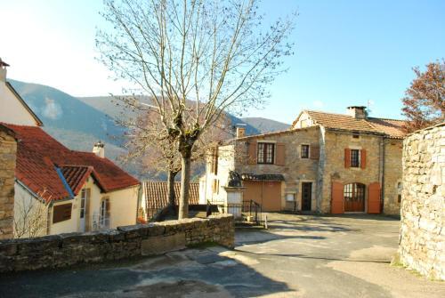 . Maison de 2 chambres a Mostuejouls avec magnifique vue sur la montagne