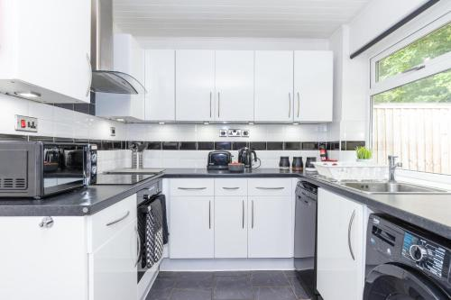 Contemporary & Stylish House, Free Parking, Free Wifi, Close To Uni And M1 Motorway, EV Car Facilities - Ask For Contractor Rates!