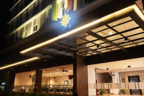 . Lynn Hotel Serang