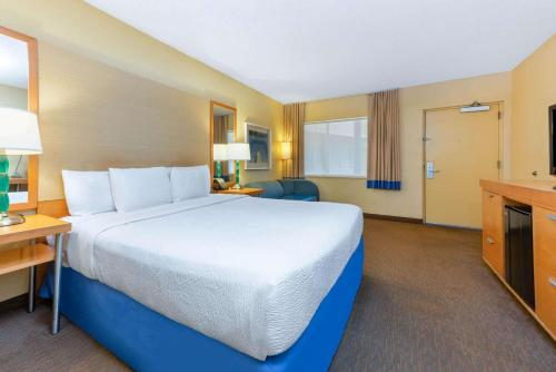 La Quinta Inn by Wyndham Ft. Lauderdale Northeast - image 3