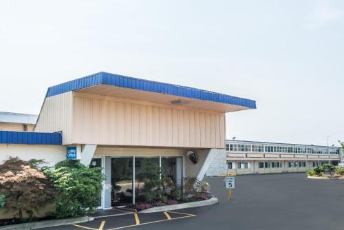 Days Inn By Wyndham Hicksville Long Island