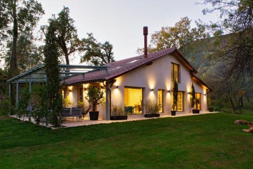 . El Vergel de Chilla tiene 3 alojamientos Abejas 1 Abejas 2 y Libélula