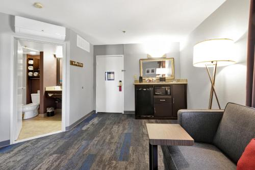 Hampton Inn & Suites Santa Ana/Orange County Airport - Santa Ana, CA CA 92705