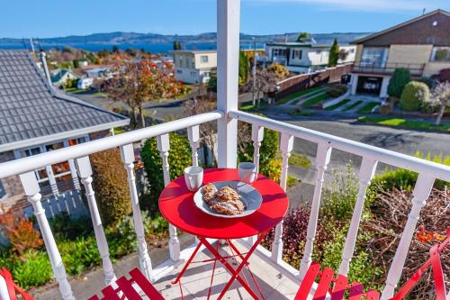 Golden Views on Golders - Hot Tub & Lake Views