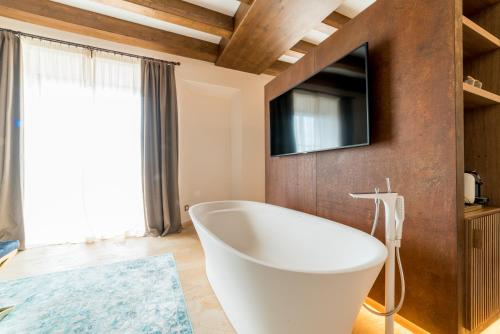 Suite Junior con balcón Hotel Creu de Tau Art&Spa-Adults only 5