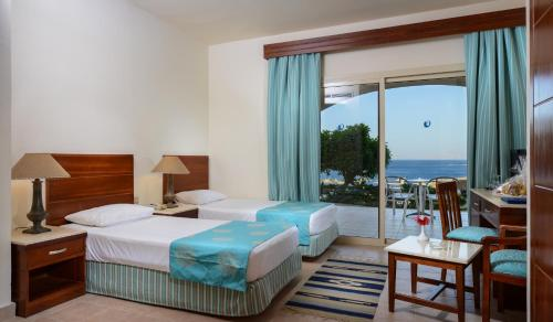 Camera Matrimoniale/Doppia con Letti Singoli con Vista Piscina (Double or Twin Room with Pool View)
