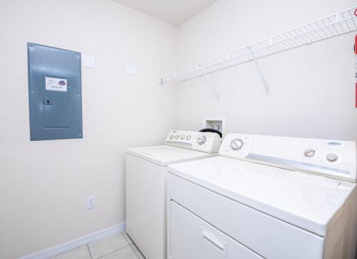 Magical 3Bdr 2bth for 6ppl with Pvt Pool With Huge Clubhouse and amenities near Disney Parks - image 10