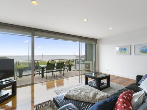 . LOUTTIT BAY APARTMENT 1 - Free wifi, ocean views and the ultimate location
