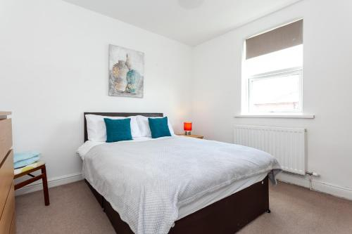 5 Bed House 15 Min From Manchester! With Free Parking!