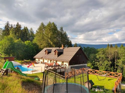 Cottage Chalupa Barborka - in the National Park, with 6 bedrooms, kitchen, dining room, sauna, swimming pool, playground - Chalet - Vrchlabí