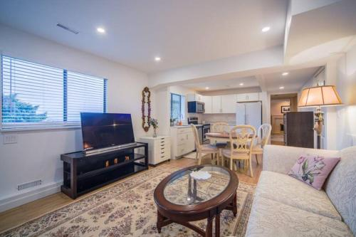 Beautiful suite in heart of forest - Apartment - West Vancouver