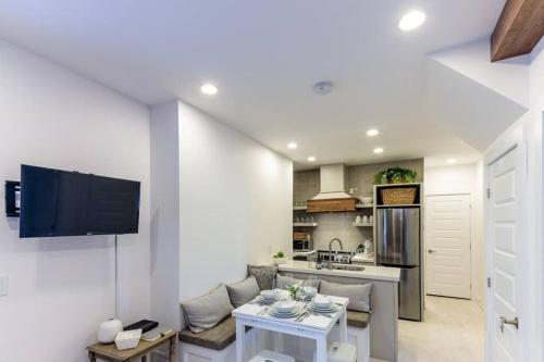 Parkside Getaway in Downtown Kingston - Apartment