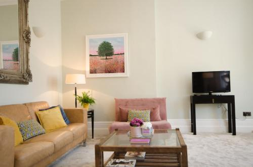 Central Hove- Seaside Apartment With Parking