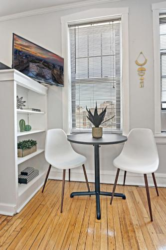 Great Location Charming 1BR Apt in Lakeview Main image 2