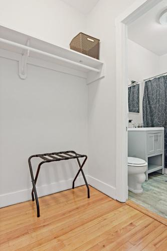 Great Location Charming 1BR Apt in Lakeview Main image 1