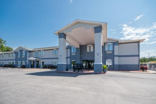 . Country Inn & Suites by Radisson, Midway, FL