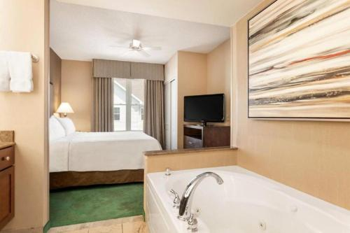 One-Bedroom Suite with Whirlpool