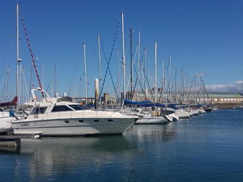 BOAT APPART TITANIC Cherbourg motor yacht à quai ROSE STAR - Hôtel - Cherbourg-en-Cotentin