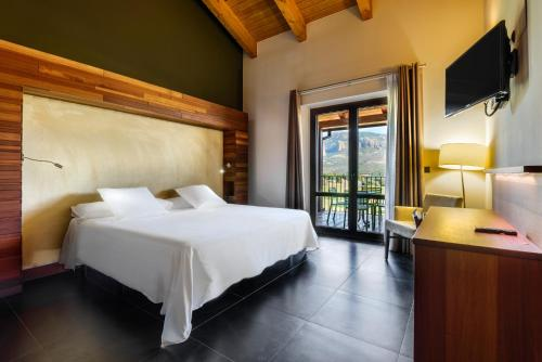 Doppelzimmer mit Bergblick Hotel Spa Aguas de los Mallos 5