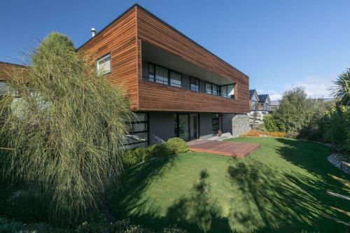 Clutha Place - Sleeps 8 - Lake & Mountain Views - Modern & Stylish - Accommodation - Wanaka